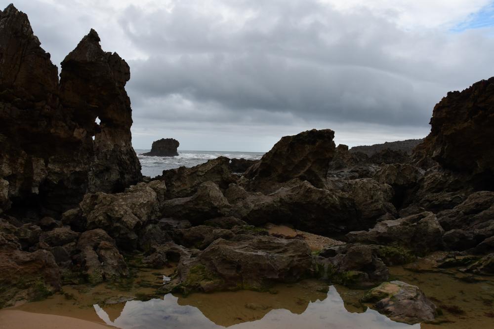Strand Atlantik Steinformationen graue Wolken Wasser