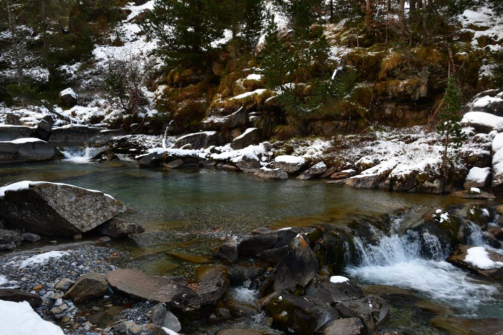 Wasserpool im Fluss Schneehäufchen Ordesa Nationalpark