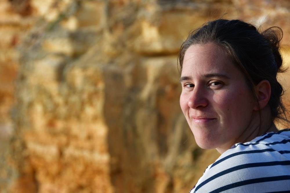 Portrait Fränzi Streifenshirt ockerfarbiger Hintergrund