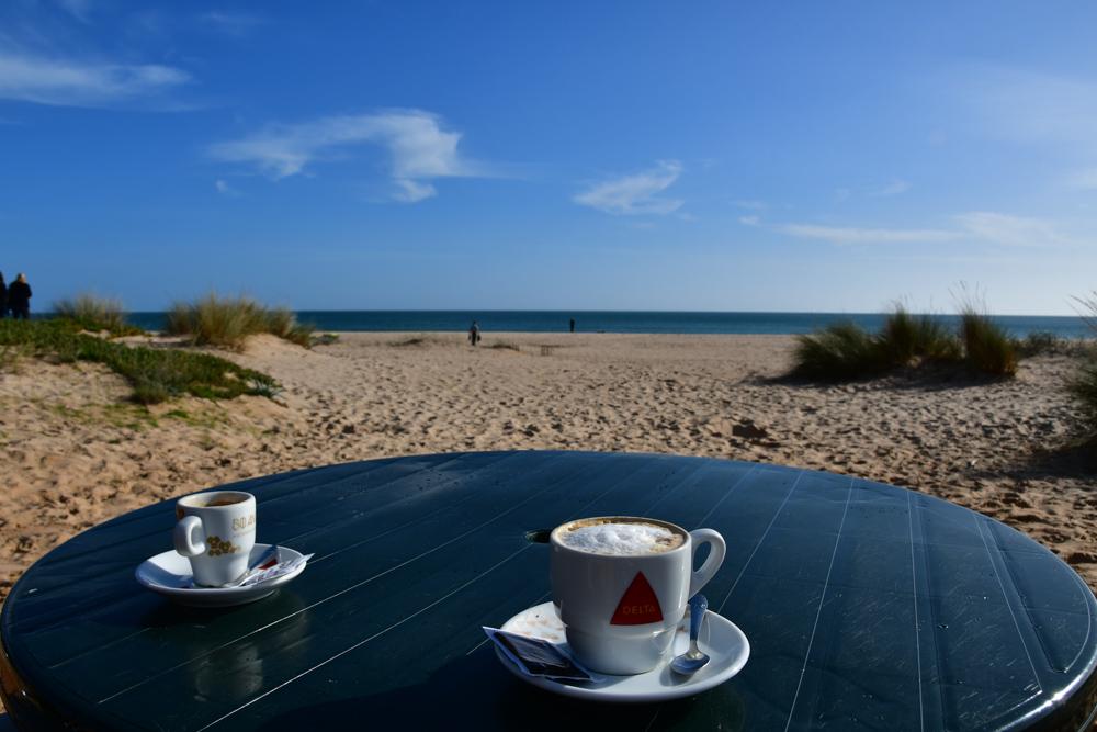 Zwei Kaffee Sandstrand Atlantik