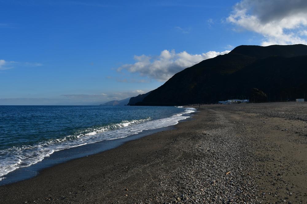 Mittelmeer Kueste schwarzer Sand