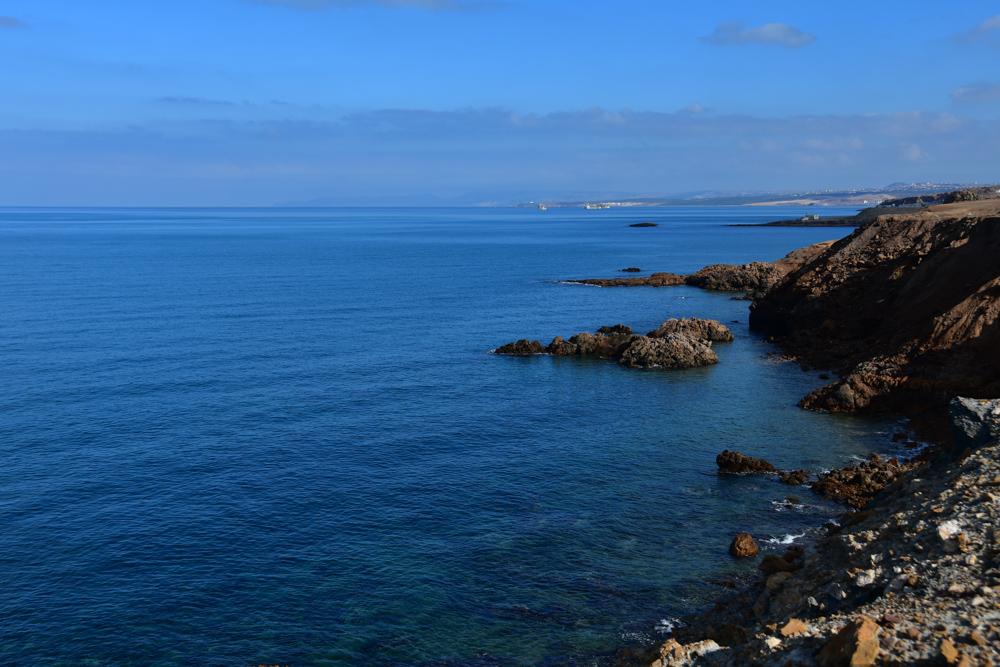 Mittelmeer Wasser Stadt in Ferne Klippen