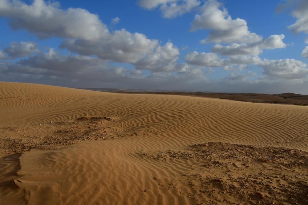 Sandduene kleine Wolken blauer Himmel