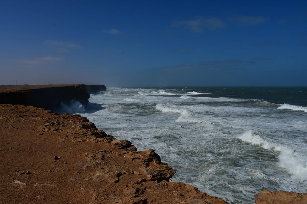Steilkueste Atlantik Wellen blauer Himmel