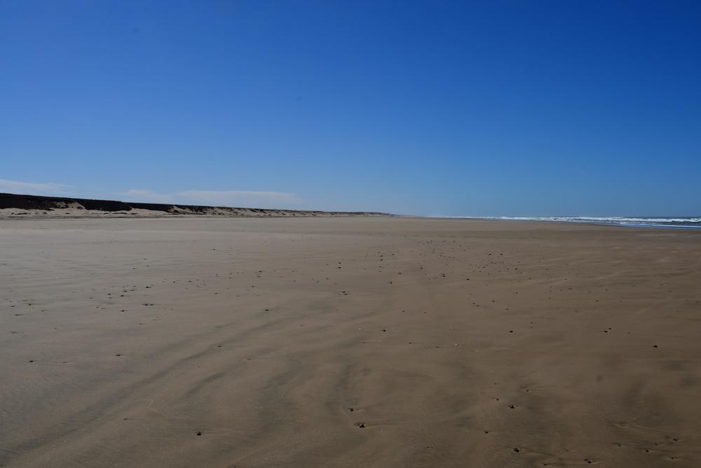 Grosser Strand Plage Blanche blauer Himmel Meer in Ferne