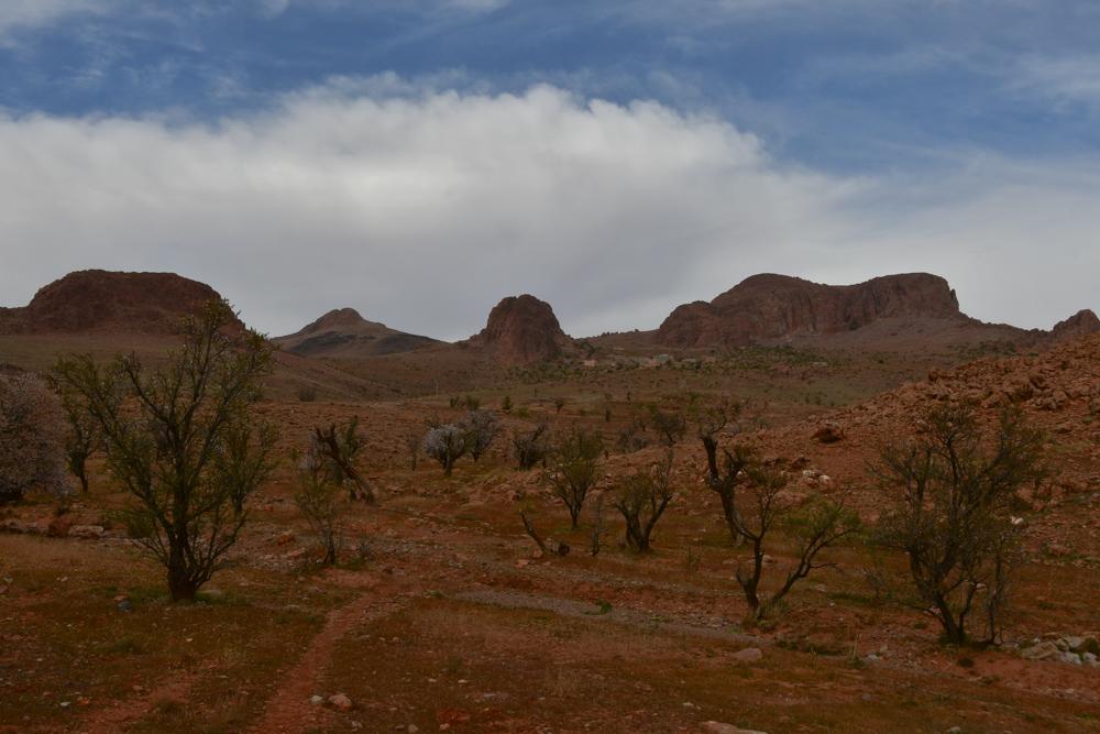 Kleine rundliche Berge Dorf in Ferne Mandelbaeume