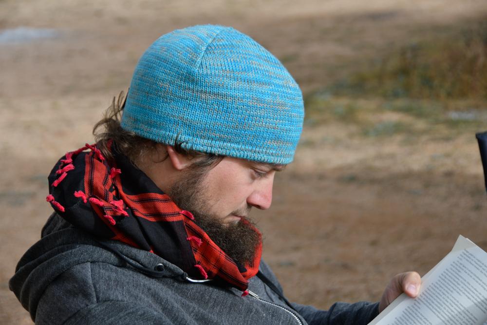 Tobi Portrait am Lesen mit Kappe