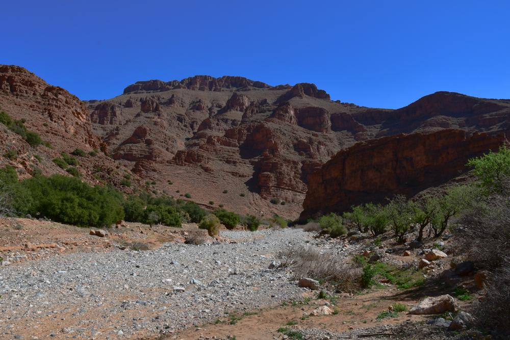 Weisses Oued wenig gruen umgeben von Bergen Ait Mansour
