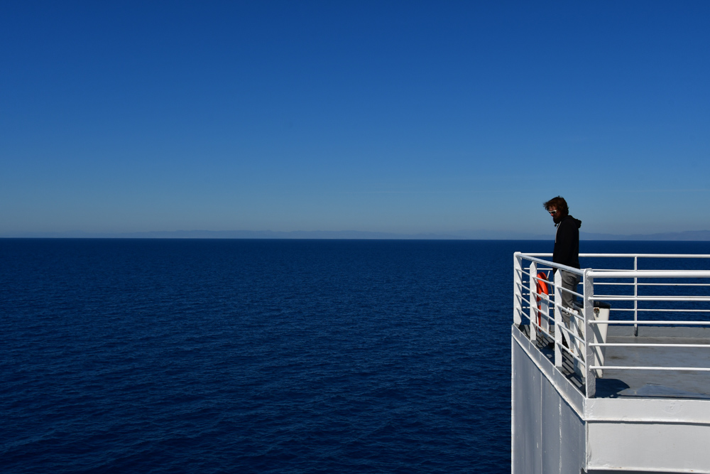 Faehre Tobi blickt aufs Meer
