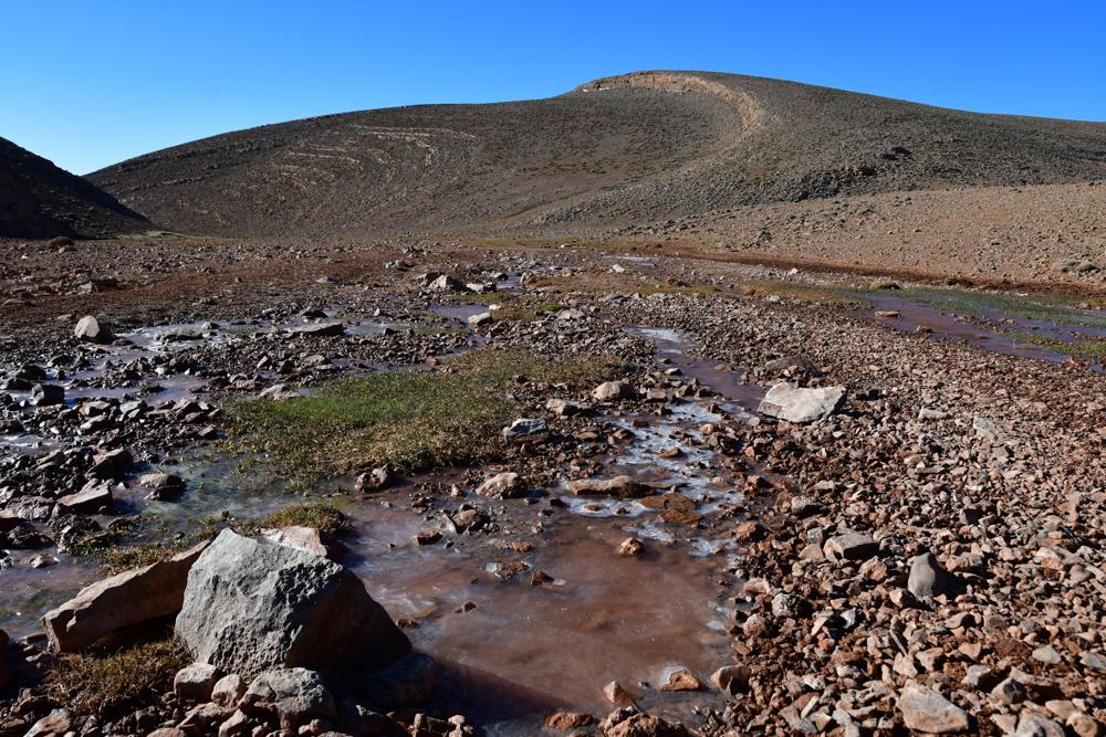 Gefrorenes Wasser Steine Huegel