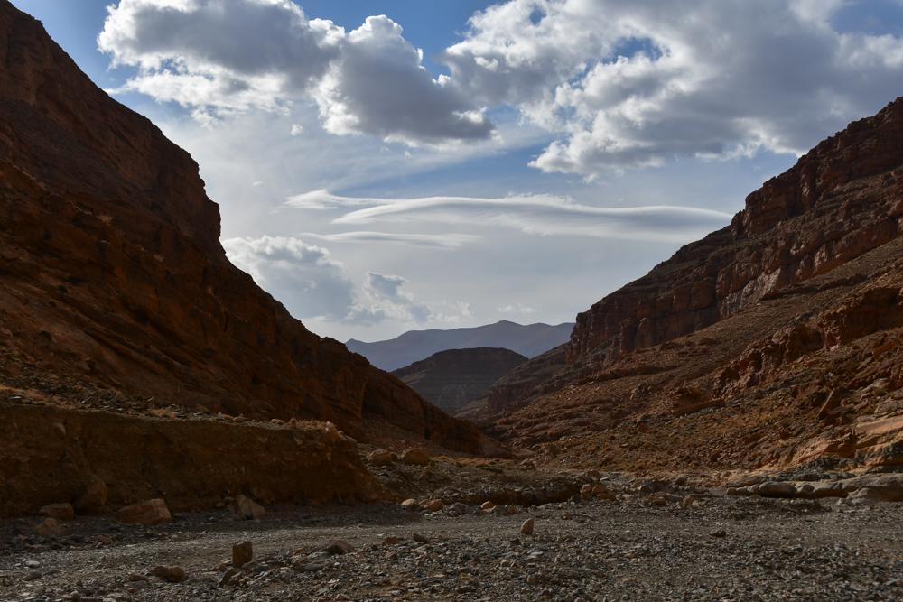 Hohe Felswände Berge Wolken Flussbett