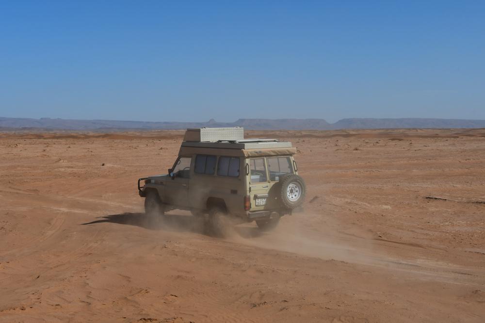 Manny faehrt im Sand Sandstaubwolke