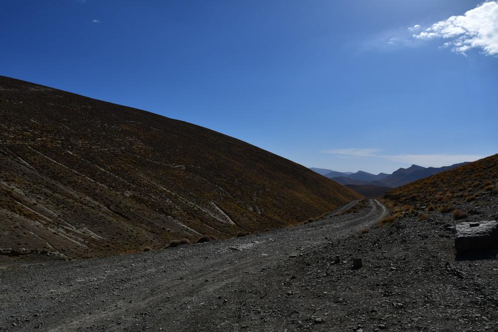 Piste Huegel hinab nach Tizi n Aguerd n Zegzaoun Pass