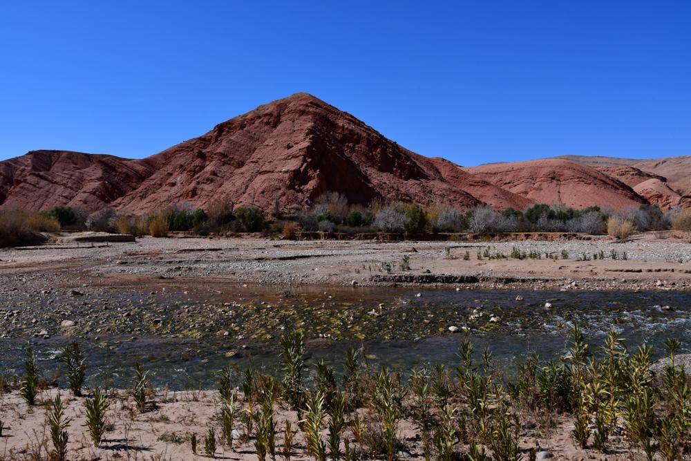 Roetlicher Berg Oued MGoun Wasser Picknickplatz