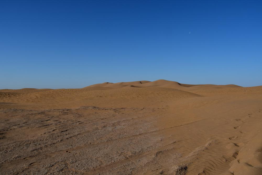 Sandduenen blauer Himmel Richtung Erg Chegaga