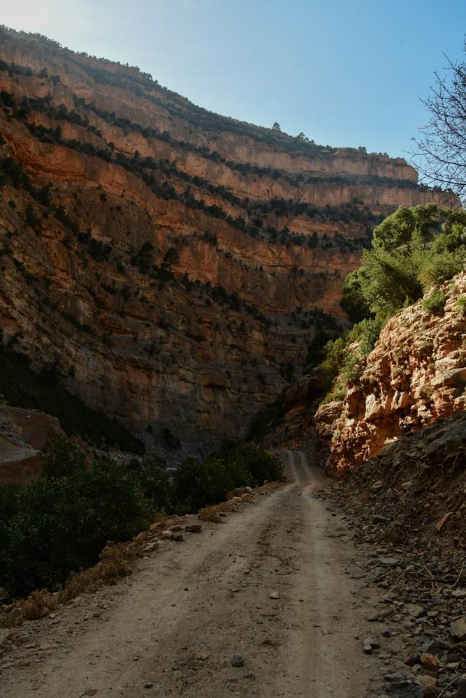 Schmale Piste hohe Felswand