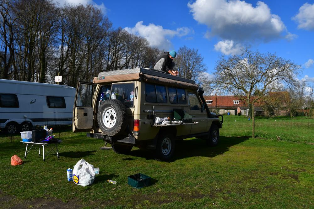 Kiste abschrauben Campingplatz Brügge aufräumen
