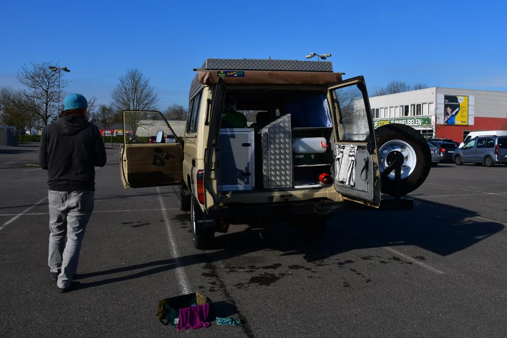Manny trocknen auf Parkplatz nach Putzen