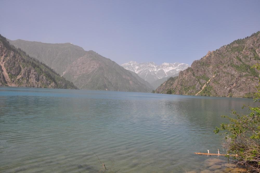 Bergsee von Bergen umgeben