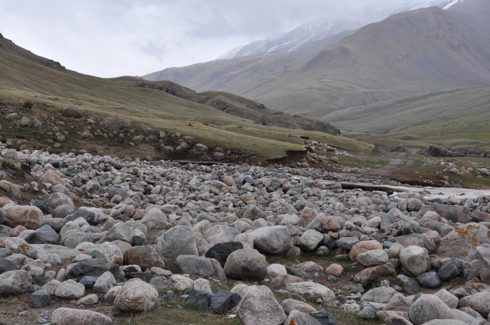 Felssturz mit grossen runden Steinen