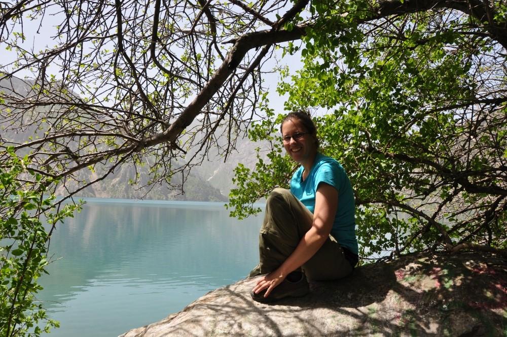 Fränzi unter Baum am Bergsee
