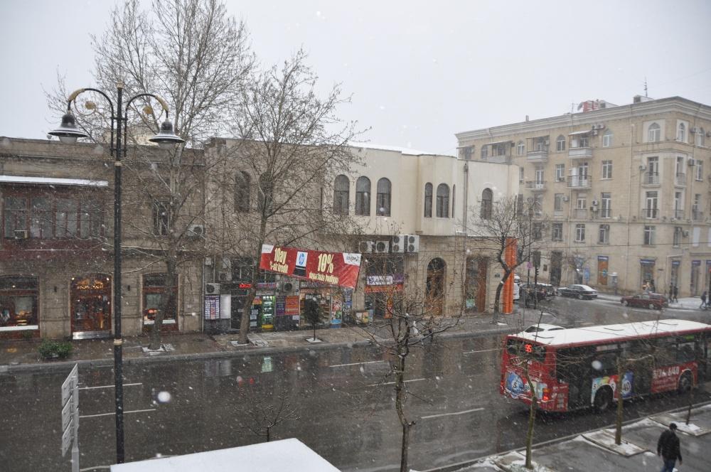 Schneefall auf Strasse in Baku