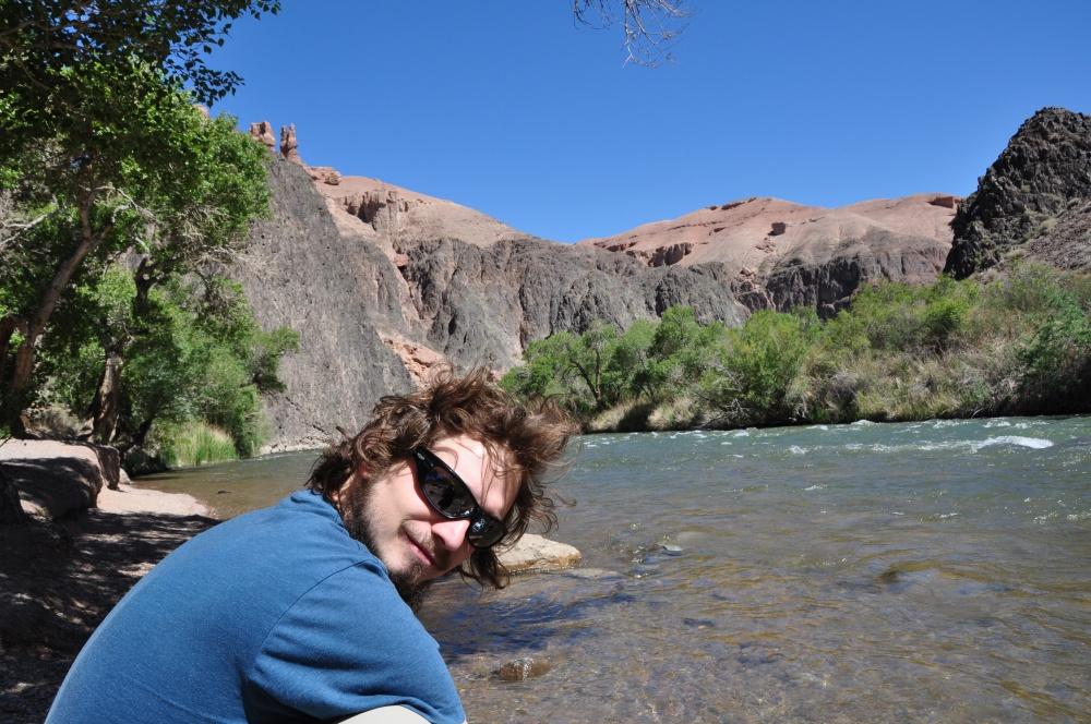 Tobi am Fluss im Charyn Canyon