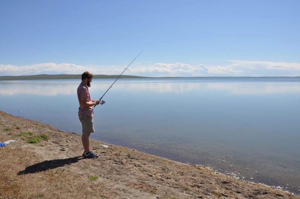 Tobi fischen am Ögii Nuur