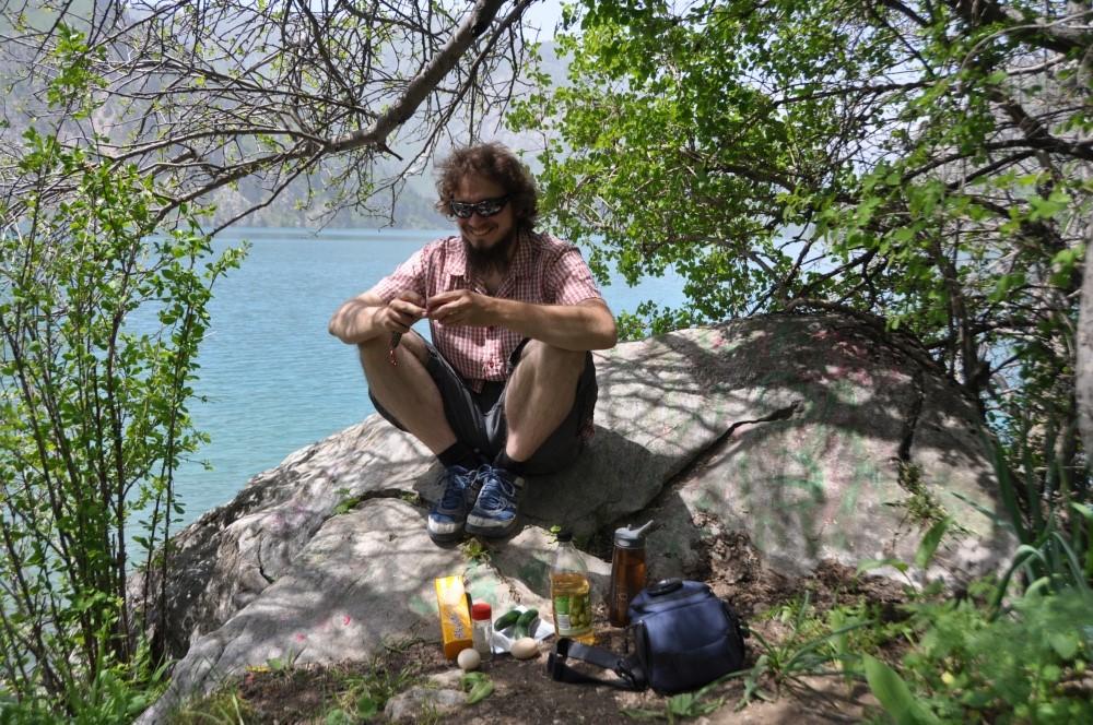 Tobi picknickt am Bergsee