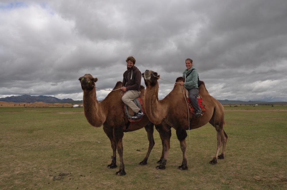 Tobi und Fränzi auf Kamelen