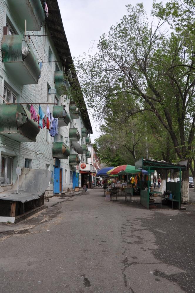 Wohnblock, Strasse, leere Marktstände