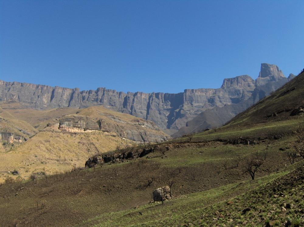 Amphitheater Drakensberge unter blauem Himmel
