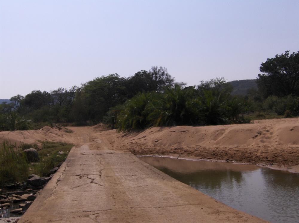 Brücke über ein Wasserloch