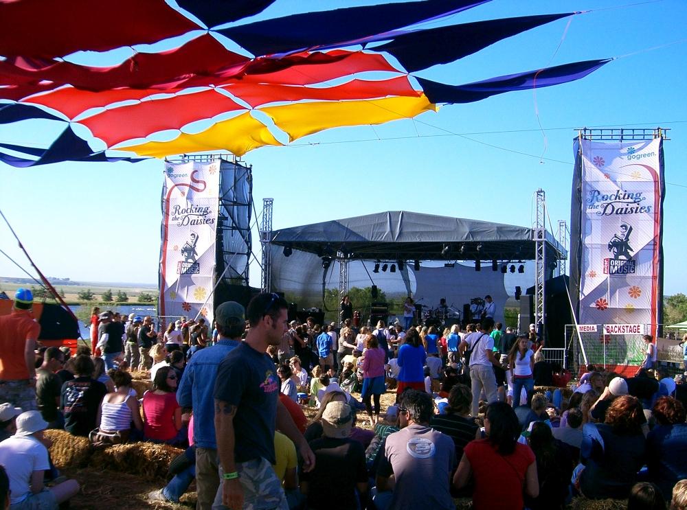 Bühne und Menschen am Konzert