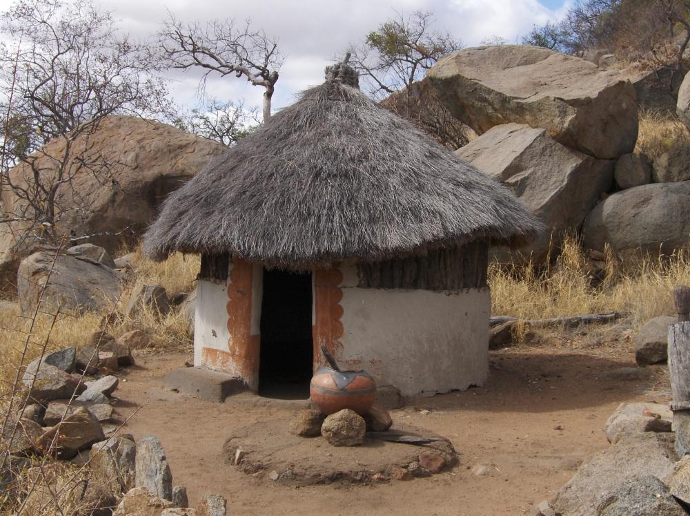 Kleine, runde Hütte mit Strohdach