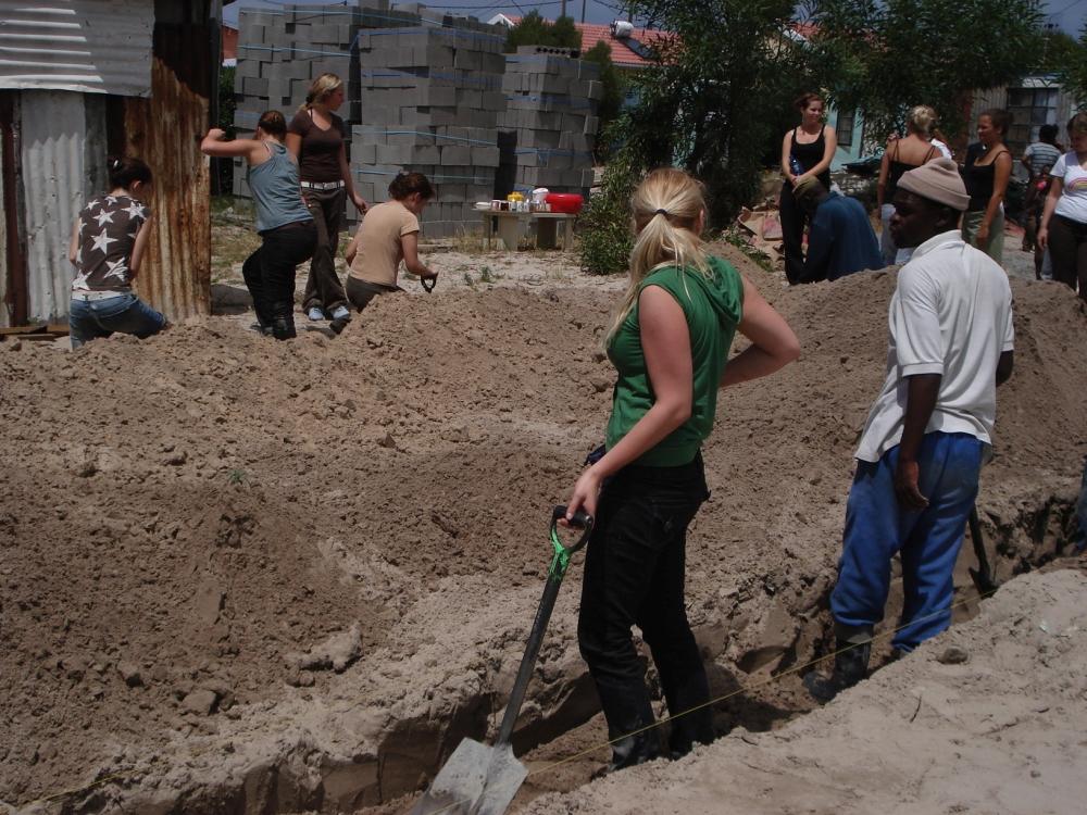Menschen am Loch graben
