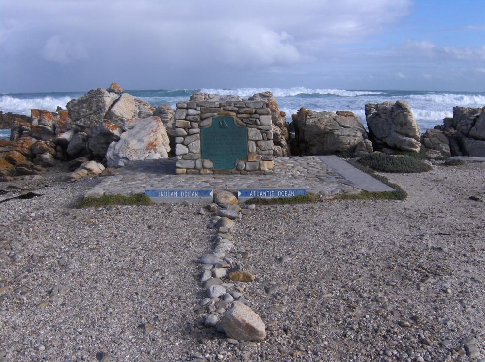 Monument beim Zusammentreffen Indischer und Atlantischer Ozean