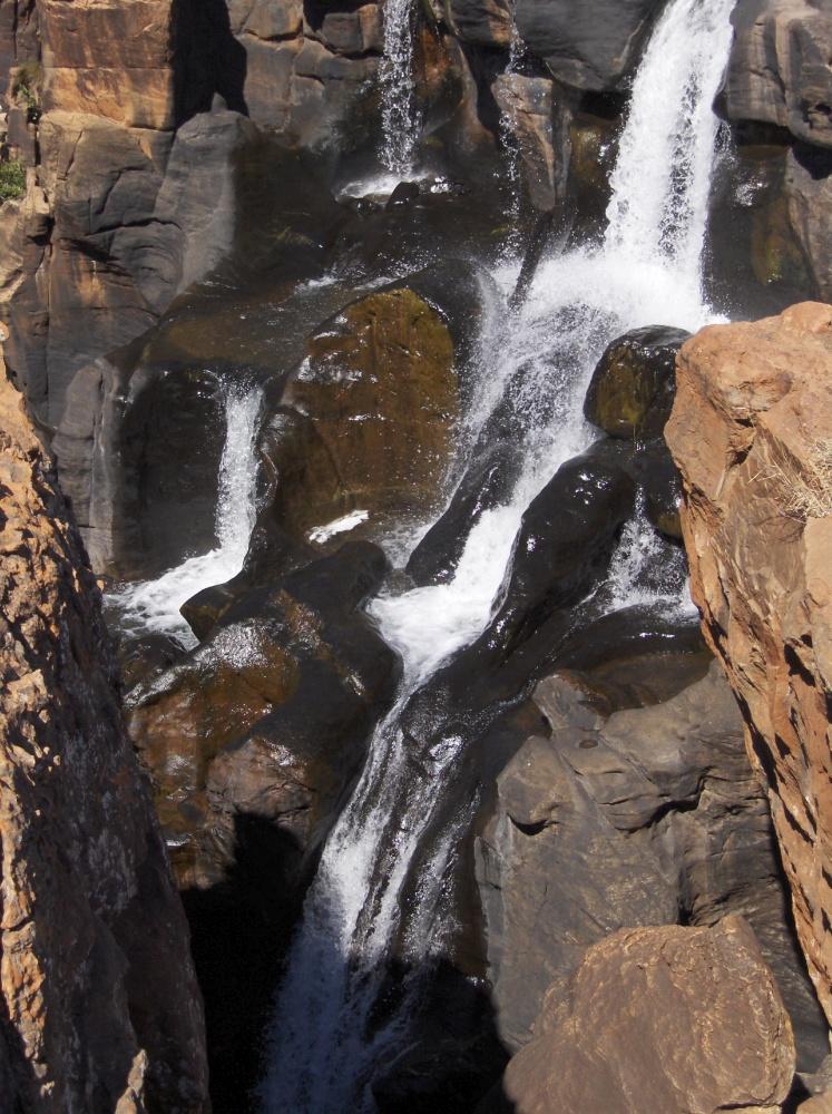 Wasser schlängelt zwischen Steinen