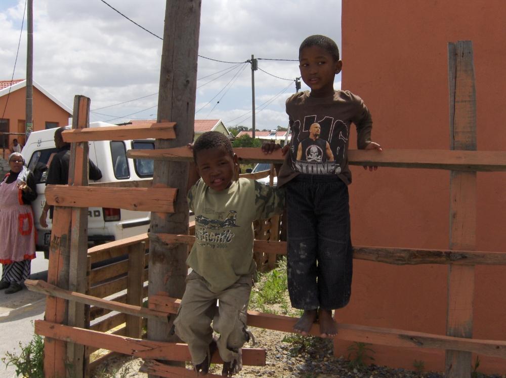 Zwei südafikanische Kinder am Zaun