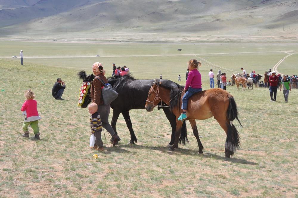 Frau mit Kindern und Pferden