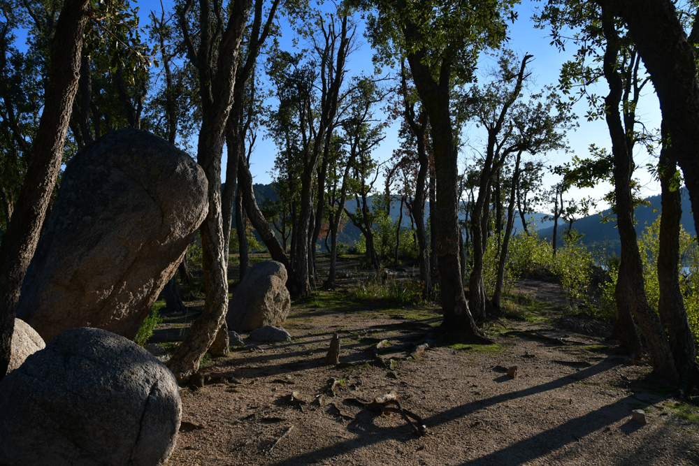 Bäume Steine Übernachtungsplatz Stausee Pantà de Boadella