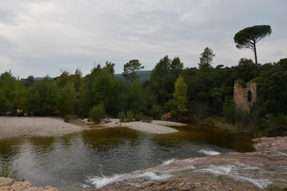 Fluss Hausruine Bäume Regenstimmung