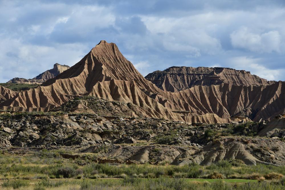 Halbwueste Bardenas Reales wellenfoermige Bergstruktur