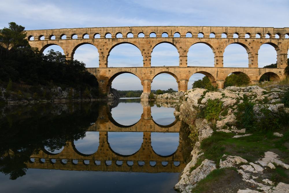 Pont du Gard mit Spiegelbild im Fluss