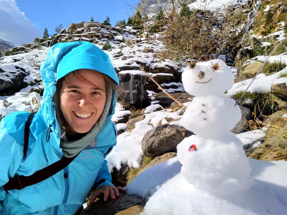 Schneemann Fränzi mit Regenjacke