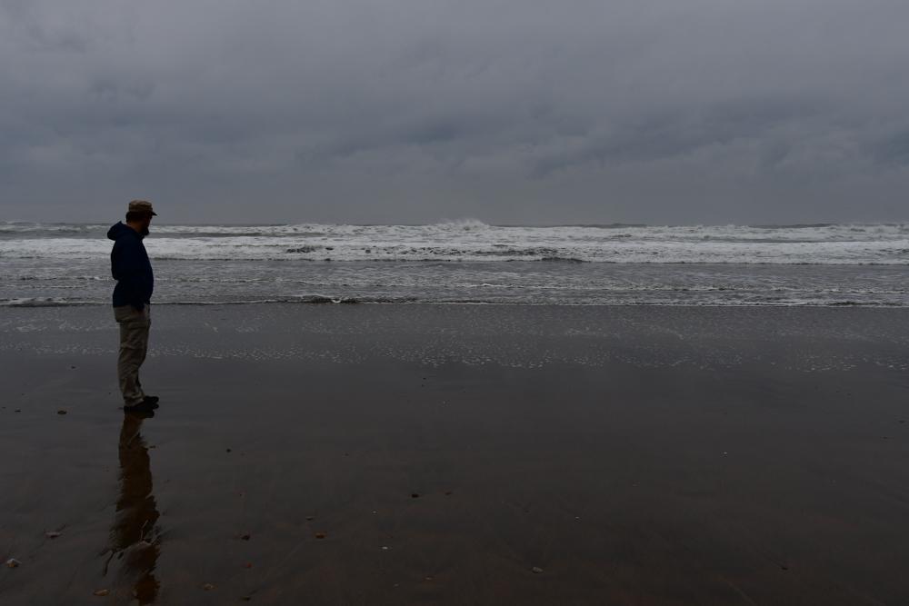 Strand Atlantik Tobi blickt aufs Meer Regenwetter