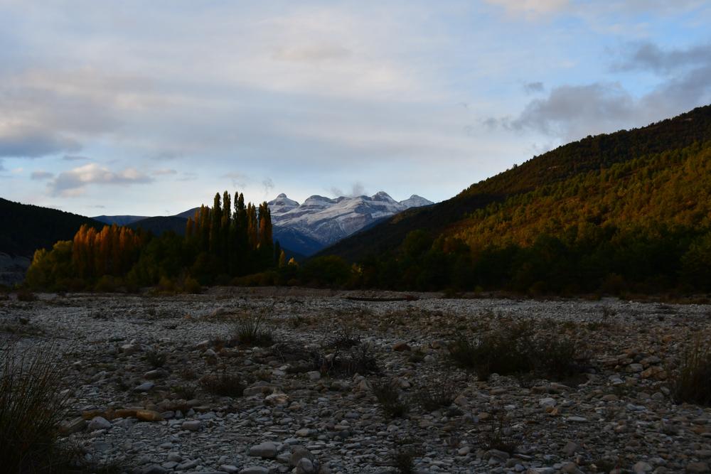 Trockenes Flussbett Herbstbäume Schneebergen Übernachtungsplatz
