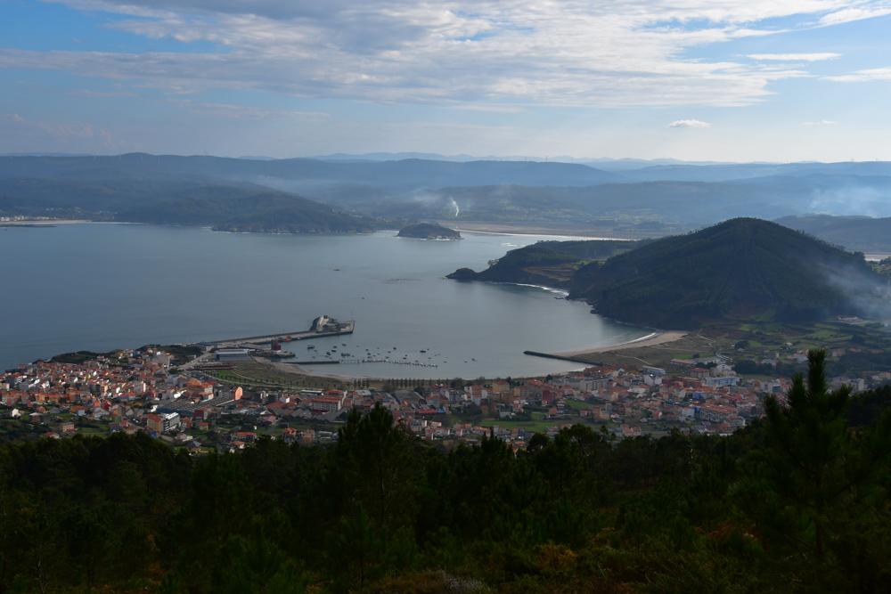 Blick auf Bucht mit Städtchen Galicien
