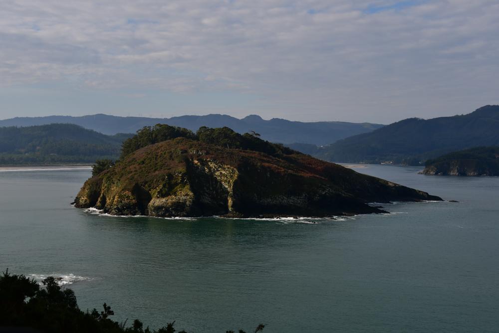 Kleine Insel in Bucht Galicien