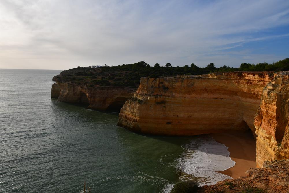 Klippen mit Hoehlen Baueme Meer